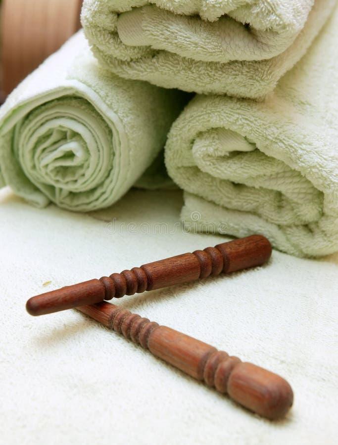 Siamesische Massagesteuerknüppel und -tuch lizenzfreies stockfoto