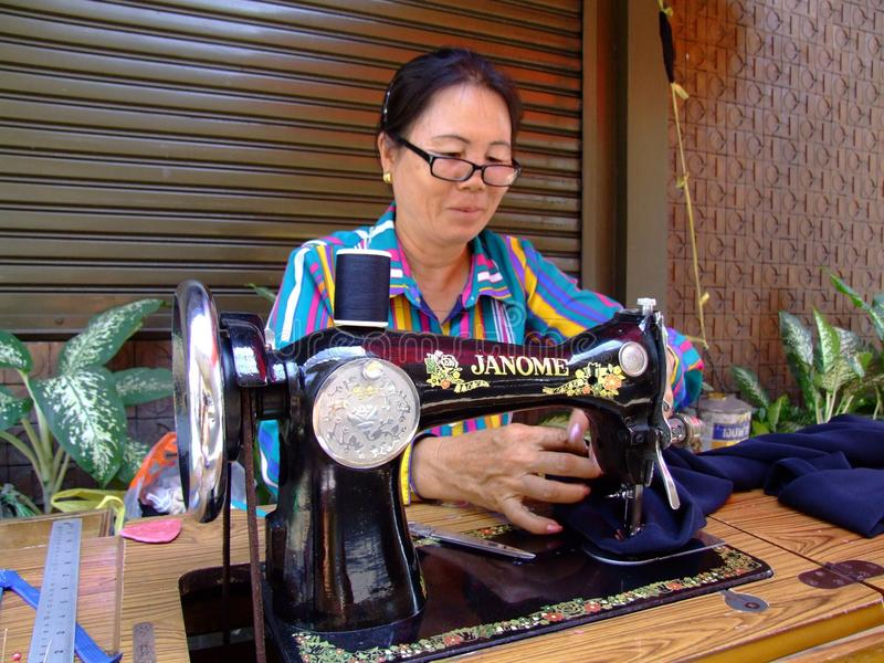 Siamesische nähende Frau, Thailand. stockfoto