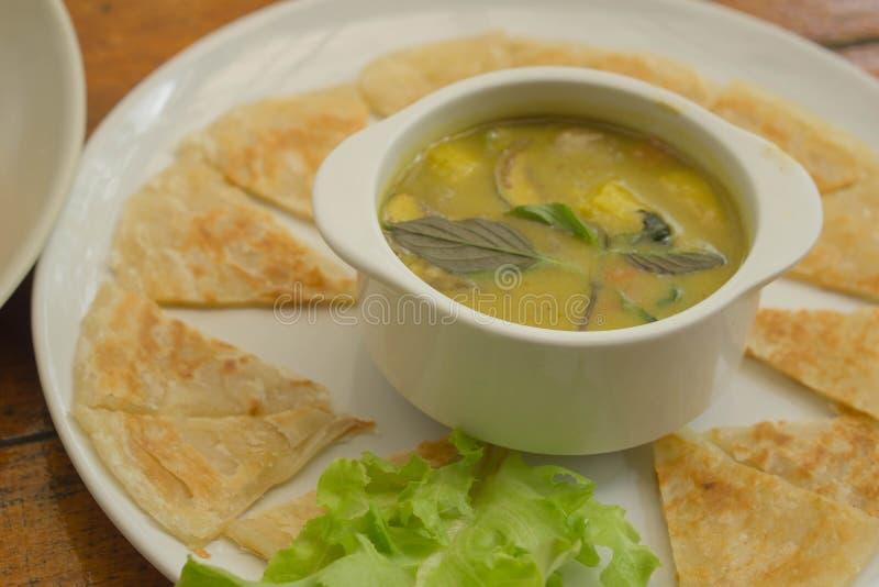 Siamesische Nahrung - Stirfischrogen #6 grüner Curry mit Kokosmilch und gebratenem Roti stockbild