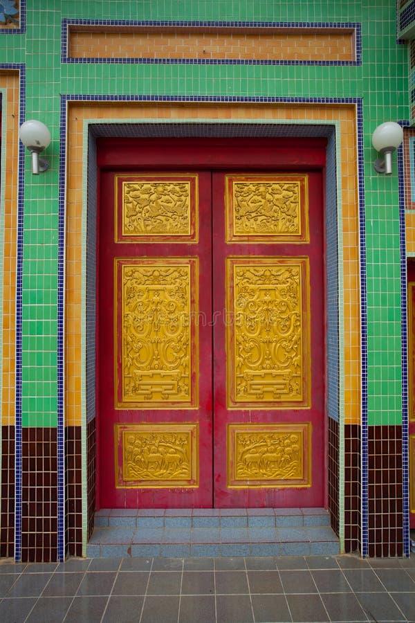 Siamesische Tempeltürskulptur lizenzfreie stockfotografie