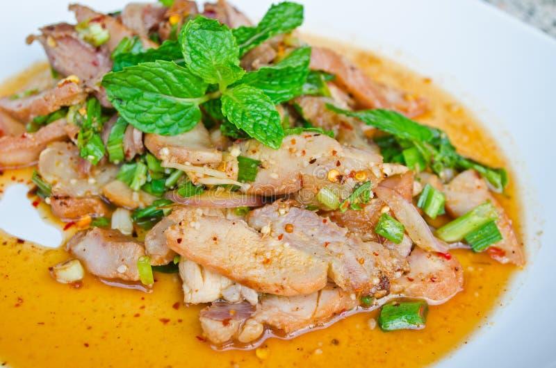 Siamesischer würziger gegrillter Schweinefleisch-Salat lizenzfreies stockfoto