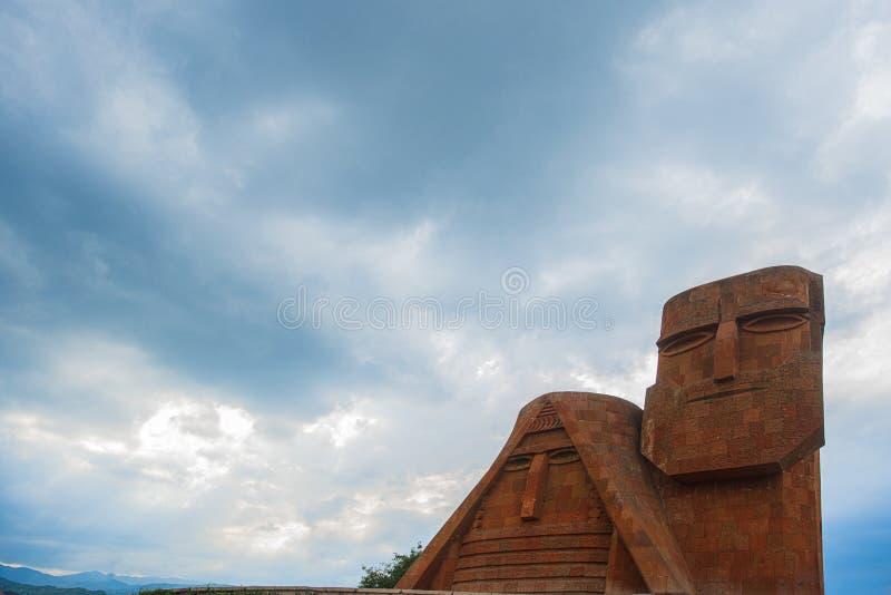 `siamo le nostre montagne` monumento a stepanakert, artsakh, armenia immagini stock