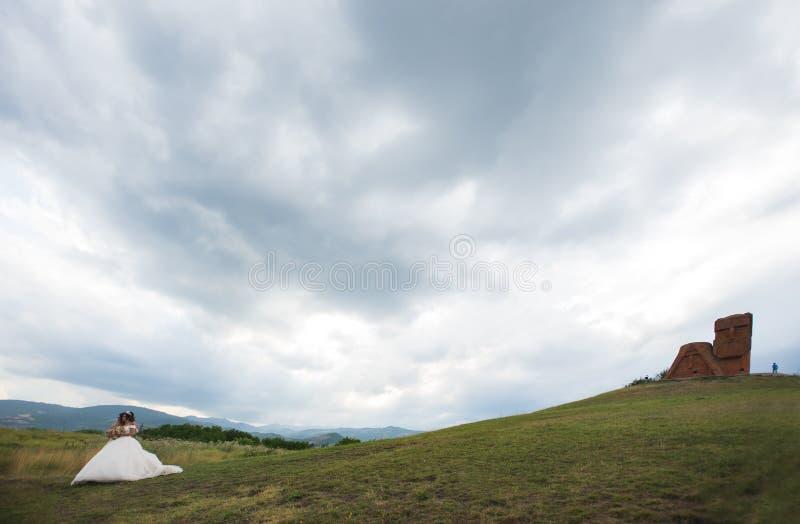 `siamo le nostre montagne` monumento a stepanakert, artsakh, armenia immagine stock