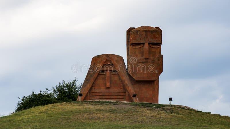 `siamo le nostre montagne` monumento a stepanakert, artsakh, armenia fotografie stock