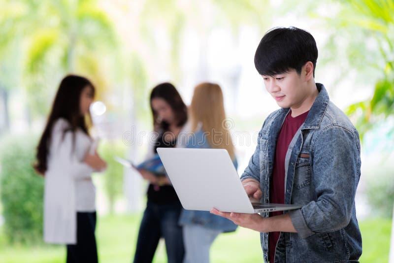 Sian de student bereidt presentatie in computernotitieboekje voor stock foto