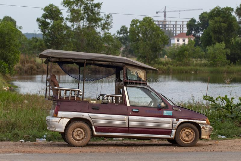 Sianoukville, Camboja - 3 de abril de 2018: tuk-tuk local do carro do táxi estacionado na rua Transporte cambojano imagem de stock royalty free
