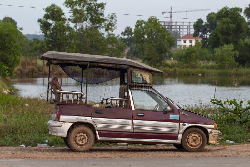 Sianoukville, Kambodża - 03 2018 Kwiecień: lokalnego taxi samochodowy tuk-tuk parkujący na ulicie Kambodżański transport obraz royalty free