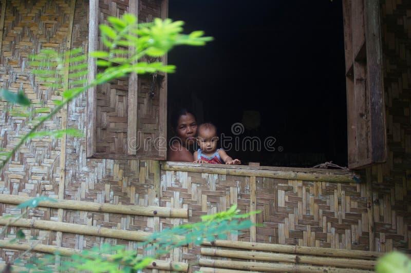 Siargao Filippinerna - MARS 18, 2016: fattig filippinsk familj i huset royaltyfria bilder