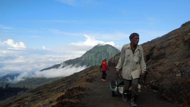 Siarka górnicy od góry Ijen krateru obrazy stock
