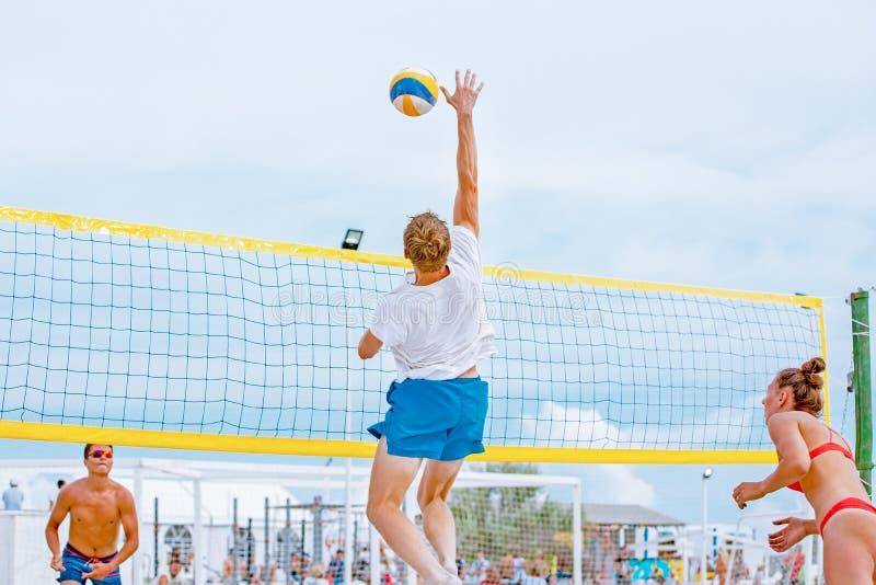 Siatkówka plażowy gracz jest męskim atlety siatkówki graczem dostaje gotowy słuzyć piłkę na plaży obrazy stock