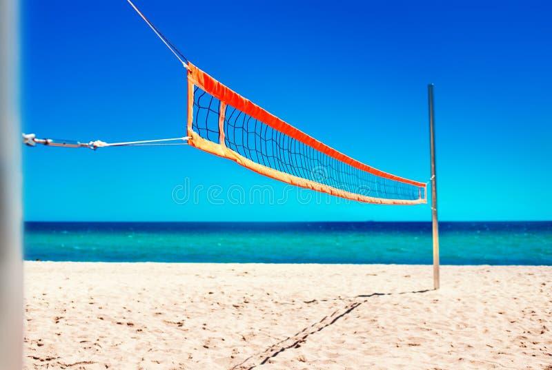 Siatkówki sieć i opróżnia plażę Morze miękkiej części i plaży fala błękit obraz royalty free