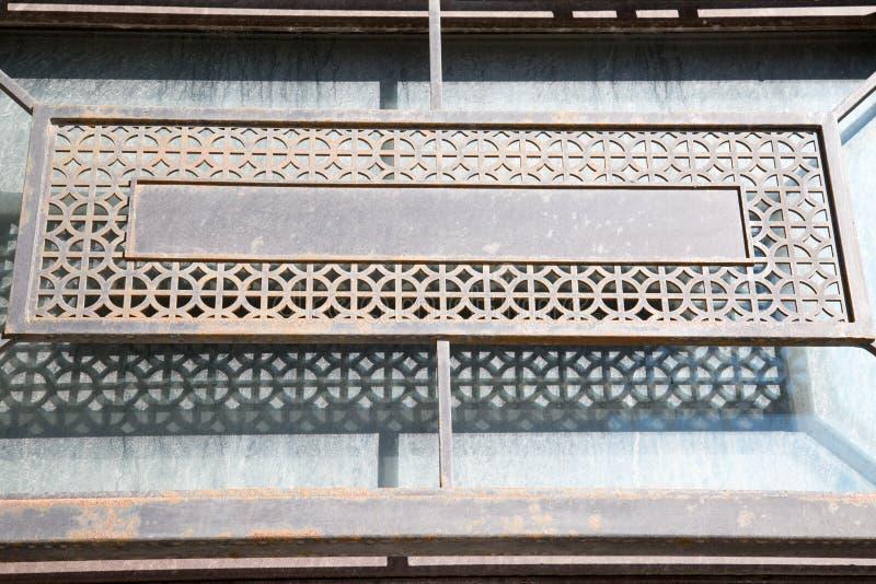 Siatka metalu prostokątne szarość jako element dekoracja fasada budynek zdjęcie royalty free