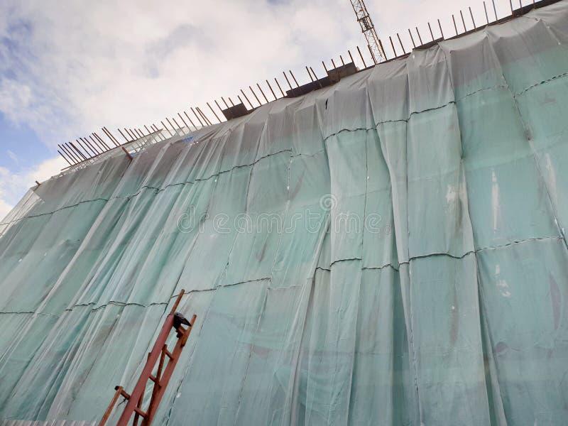 Siatki zabezpieczającej zieleń budowa na nieba tle zdjęcie royalty free