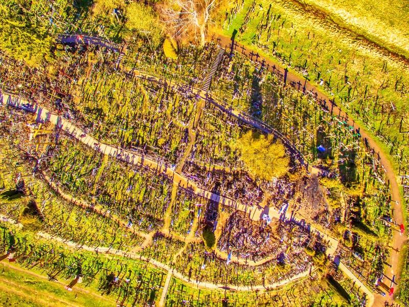 Siauliai, Litauen: Antenne über Ansicht des Hügels der Kreuze, Kryziu Kalnas lizenzfreie stockfotografie