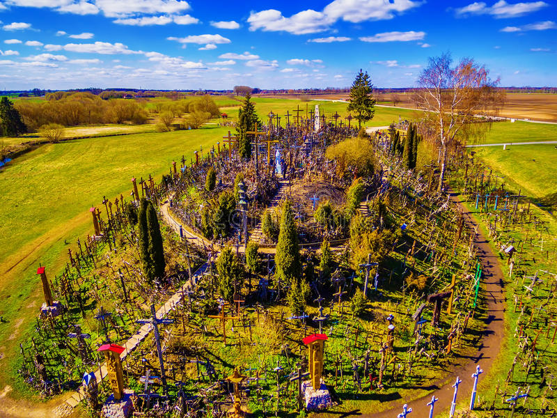 Siauliai, Litauen: Antenne über Ansicht des Hügels der Kreuze, Kryziu Kalnas stockfotografie