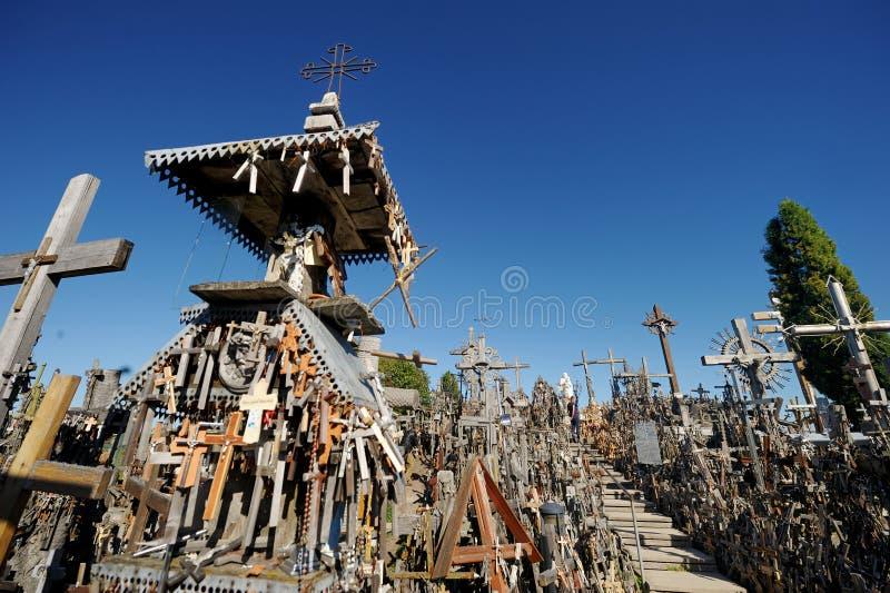 SIAULIAI LITAUEN - JULI 30, 2018: Olika träkors och kors på kullen av kors, en plats av pilgrimsfärden nära arkivfoton