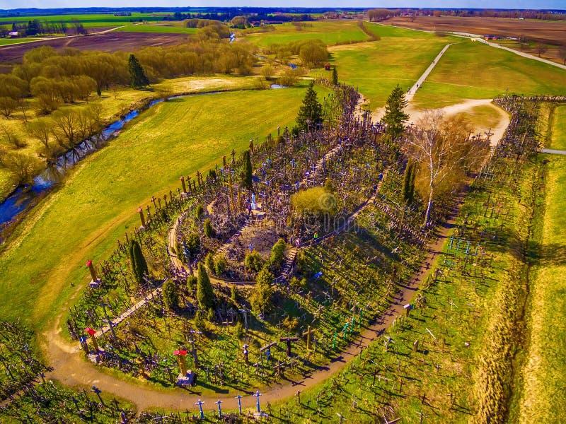 Siauliai, Litouwen: antenne boven mening van Heuvel van Kruisen, Kryziu Kalnas royalty-vrije stock foto