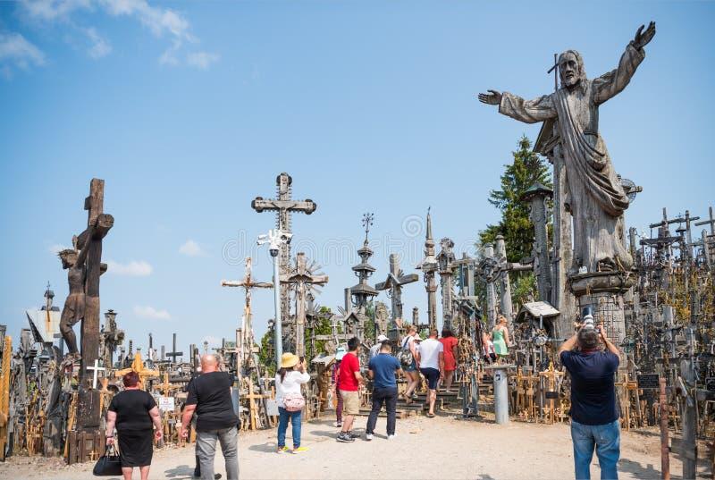 SIAULIAI, LITOUWEN - JULI 28, 2019: De heuvel van Kruisen is een uniek monument van geschiedenis en godsdienstig volksart. royalty-vrije stock foto