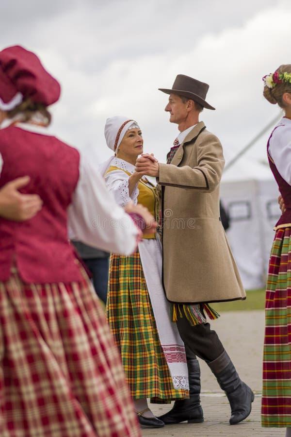 Siauliai, Lituânia-22 de setembro de 2019 Celebração do equinócio do outono Dançarinos folclóricos lituanos imagens de stock