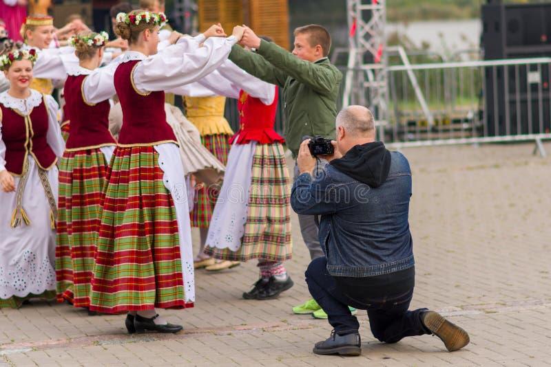 Siauliai, Lituânia-22 de setembro de 2019 Celebração do equinócio do outono Dançarinos folclóricos lituanos fotos de stock royalty free