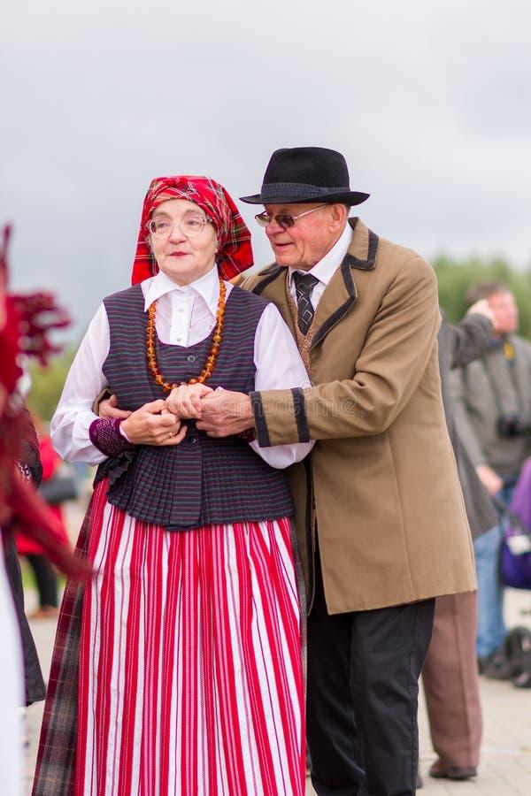 Siauliai, Lituânia-22 de setembro de 2019 Celebração do equinócio do outono Dançarinos folclóricos lituanos imagem de stock