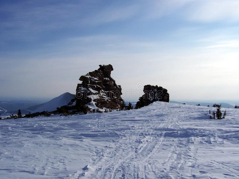 Sibéria, duas rochas e neve imagem de stock