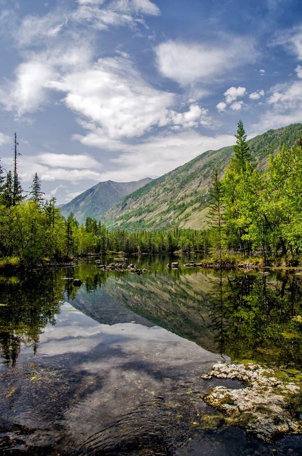 sibéria Lago verde bonito da névoa na floresta Buriácia foto de stock