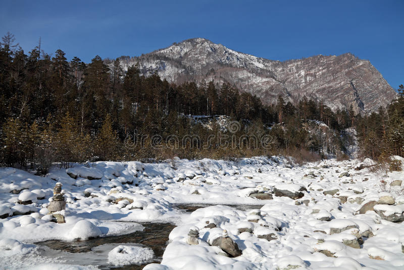 Sibéria, montanhas de Sayan orientais, a terra do inverno do rio de Kyngarga imagem de stock royalty free