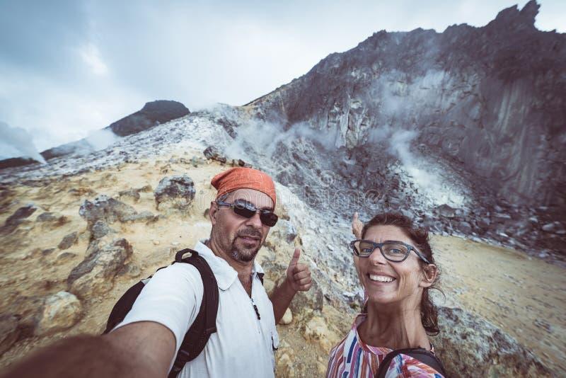 Sibayak火山,活跃破火山口蒸的,著名旅行目的地自然地标和旅游景点在Berastagi苏门答腊 免版税库存图片