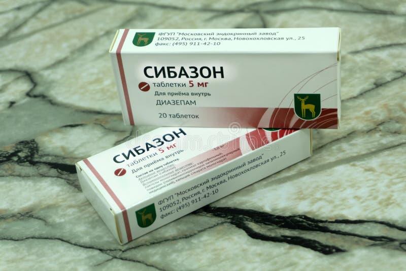 Sibazon cosechó imagen de una persona que tomaba píldoras de un paquete de ampolla en casa Rusia Berezniki 28 de septiembre de 20 fotografía de archivo