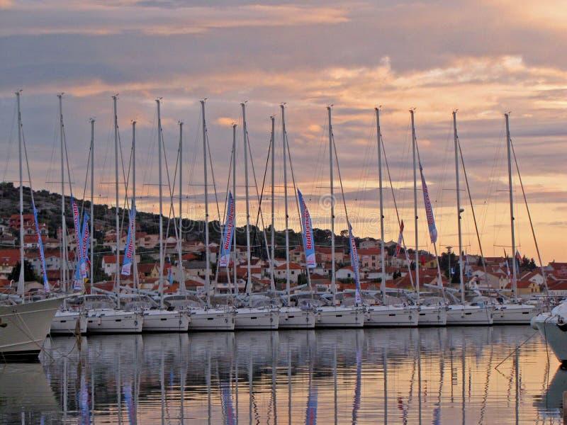 Sibenic, Croazia - possono 8, 2015: Sailingyachts di regata di Buweiser attraccato su un pilastro vicino alla vecchia città della fotografia stock