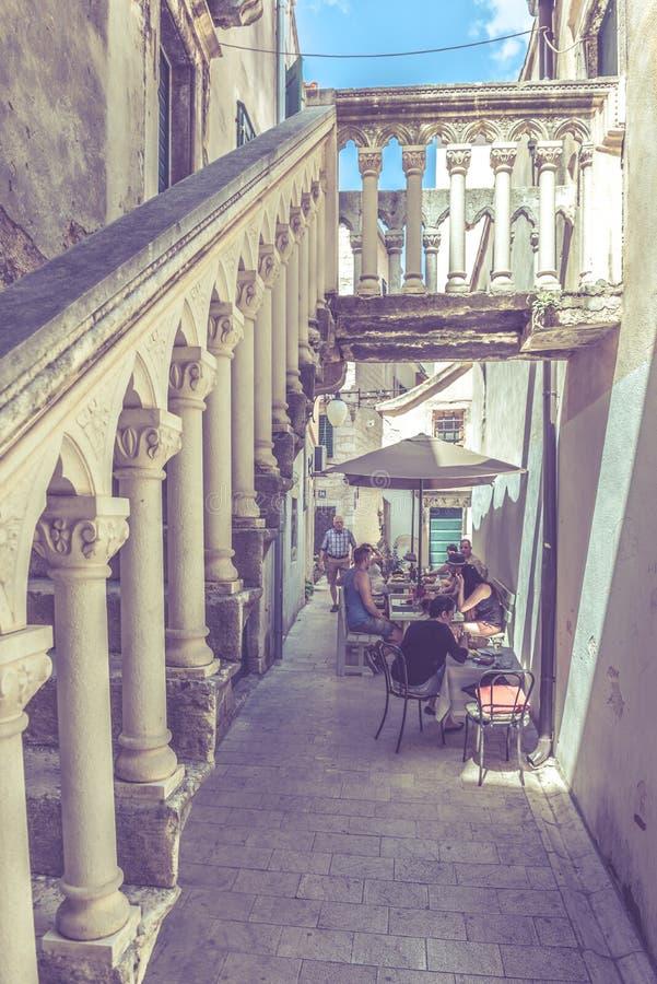 SIBENIK, Хорвати-май 26,2017: Сценарный взгляд на среднеземноморских узких улицах и историческая традиционная архитектура в Хорва стоковые фотографии rf