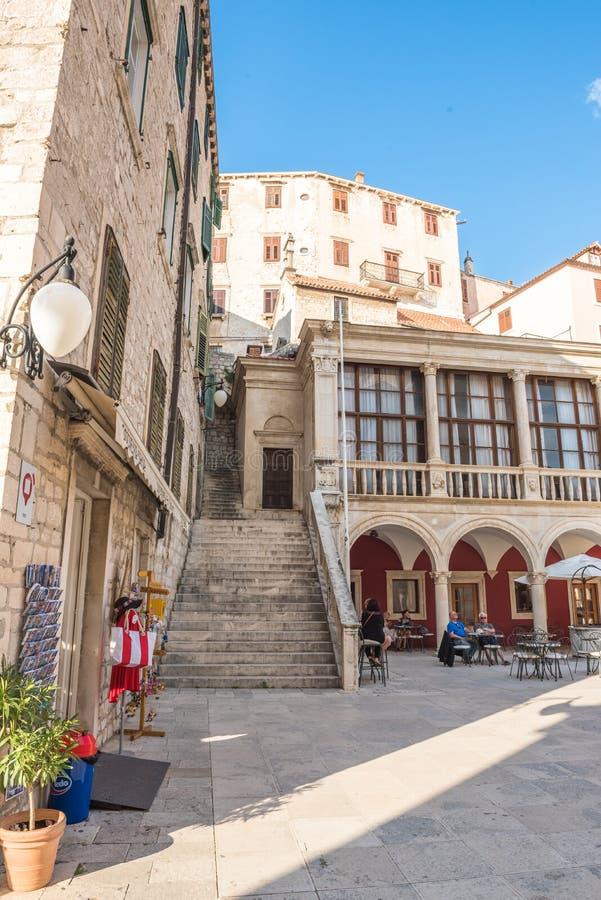 SIBENIK, Croácia-maio 26,2017: Vista cênico em ruas estreitas mediterrâneas e arquitetura tradicional histórica na Croácia imagens de stock