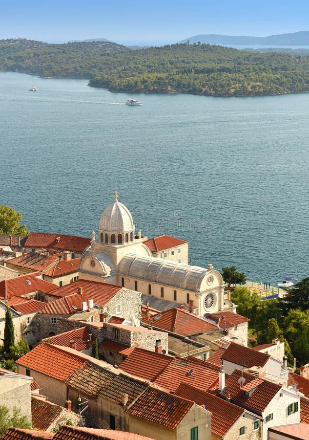 Sibenik gammal stadssikt med St James Cathedral och fjärd, Kroatien arkivfoto