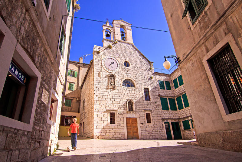 Sibenik, Kroatië, oud stadscentrum en Katholieke kerk royalty-vrije stock fotografie