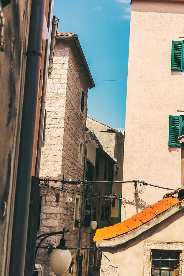 SIBENIK Kroatien-Maj 26,2017: Scenisk sikt på medelhavs- smala gator och historisk traditionell arkitektur i Kroatien, Europa royaltyfri fotografi