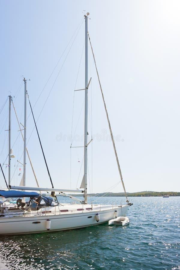 Sibenik, Kroatien - Segelboote am Hafen von Sibenik stockfotos