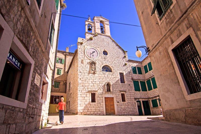 Sibenik, la Croatie, vieux centre de la ville et église catholique photographie stock libre de droits