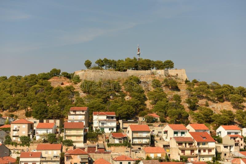 Sibenik pejzaż miejski z St John ` s fortecą, Chorwacja zdjęcia royalty free