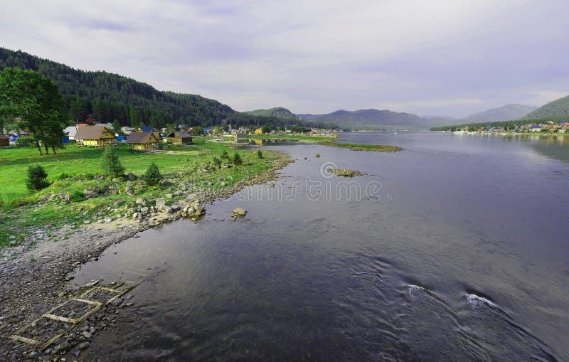 siberia Wioski Artibash i Yogach na różnych stronach źródło Biya rzeka od Teletskoye jeziora zdjęcia stock