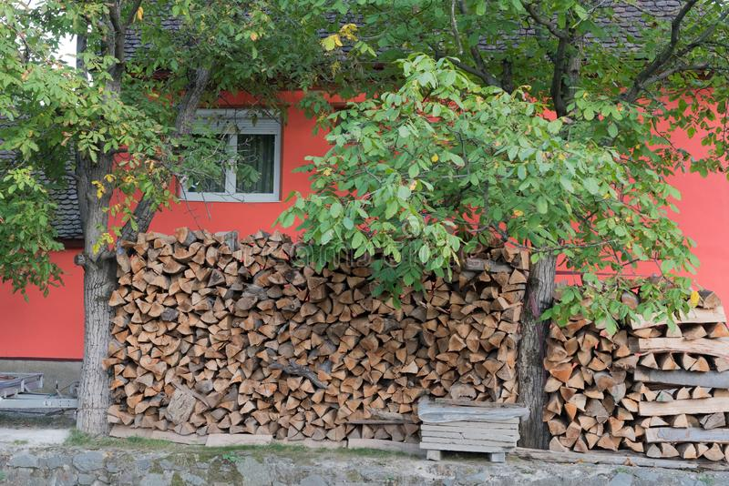 SIBIEL, TRANSYLVANIA/ROMANIA - 9月16日:日志存放了outsid 免版税库存图片