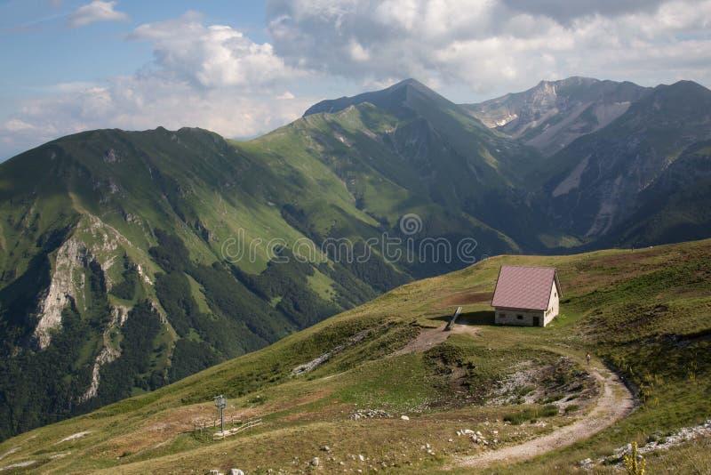 Sibillini山日落的避难所在湖附近 免版税库存照片