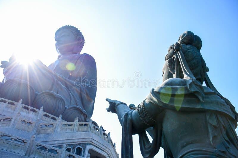 Sibilo buddha de Ngong e sua estátua do seguidor, Hong Kong imagens de stock