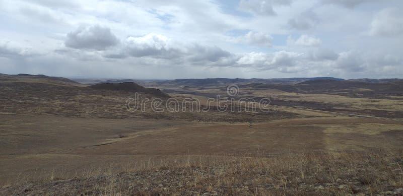 Sibirische Naturh?gel und -felder lizenzfreie stockfotos