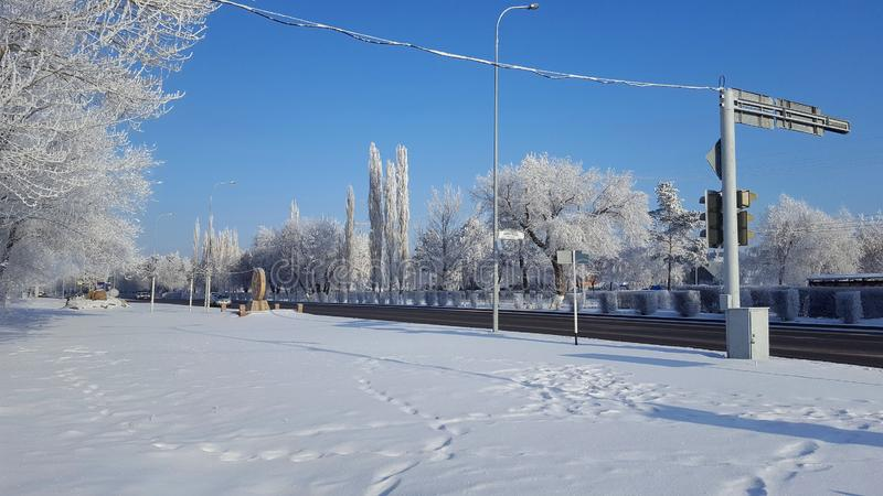 Sibirische Stadt und Straße Winer stockbild
