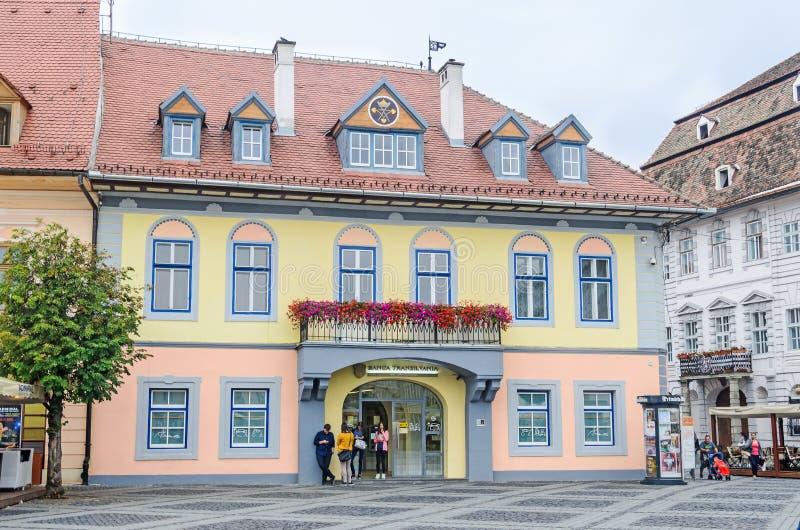 Sibiu, Ρουμανία: λεπτομέρεια των σπιτιών που τοποθετούνται πλησίον κεντρικός της πόλης Στέγη με τα χρωματισμένα παράθυρα στοκ φωτογραφία