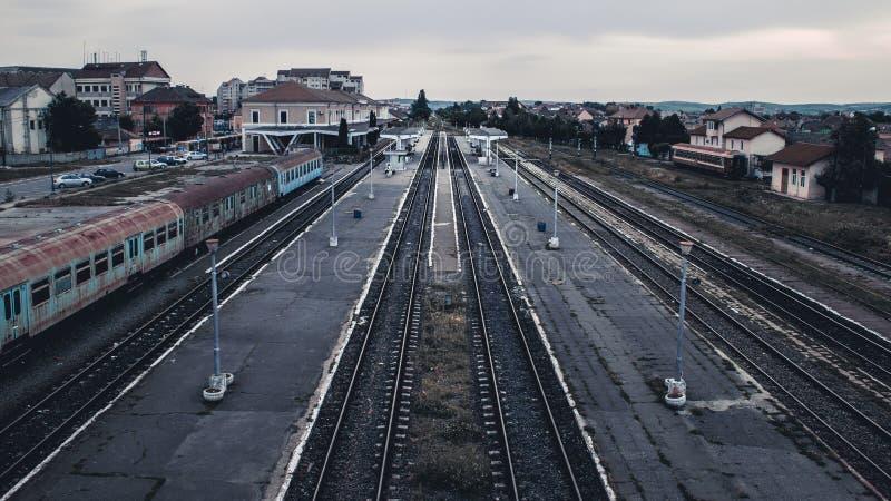 SIBIU, ΡΟΥΜΑΝΙΑ - 18 ΙΟΥΝΊΟΥ 2016: Σταθμός τρένου του Sibiu στο σούρουπο στοκ εικόνα