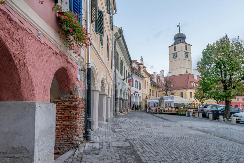 SIBIU, ΡΟΥΜΑΝΙΑ - 30 ΟΚΤΩΒΡΊΟΥ 2017: Άποψη στο μικρό τετράγωνο από το ιστορικό κέντρο του Sibiu στοκ εικόνες
