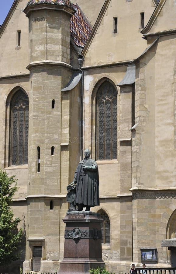 Sibiu, il 16 giugno: Parte anteriore della statua della chiesa evangelica dalla città di Sibiu in Romania immagini stock libere da diritti