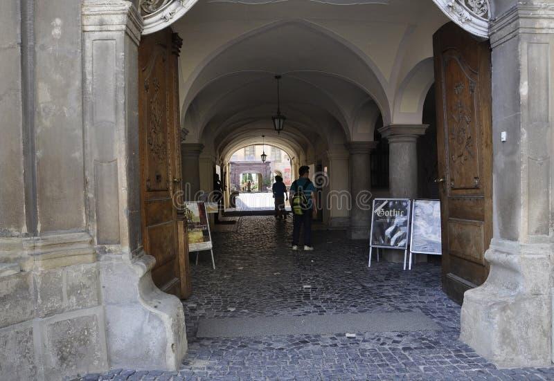 Sibiu Juni 16: Passage av rådtornet från liten fyrkant av Sibiu i Rumänien fotografering för bildbyråer